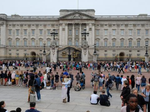With 10 million more visitors than residents, the popular tourist destinations like Trafalgar Square, Piccadilly or Oxford Circus, and Buckingham Palace will have the biggest crowds.