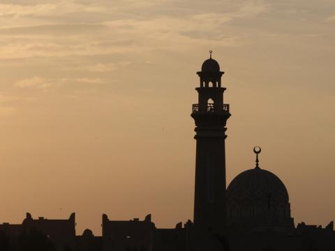 Vista de la mezquita de Doha, Catar, al atardecer.