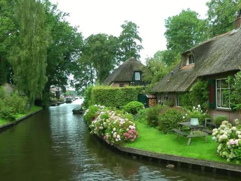 Conocida como la Venecia de los Países Bajos, Giethoorn es navegable solo a través de sus canales.