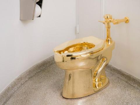 """Instalación """"América"""" de Maurizio Cattelan en el Museo Solomon R. Guggenheim de Nueva York."""