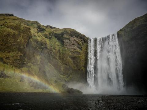 Un arcoiris cerca de la cascada Skogafoss en el sur de Islandia.