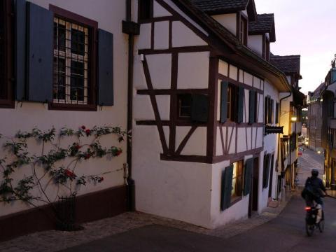 Casa del siglo XV y XVI en la calle Rheinsprung, en Basel, Suiza.