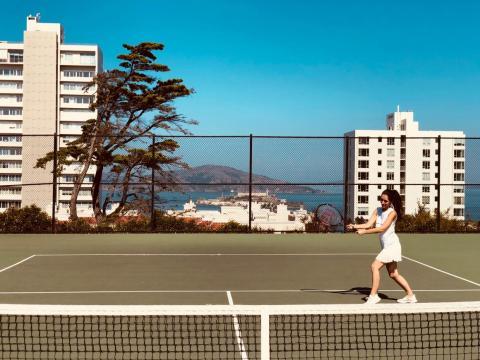 Ella juega al tenis antes de ir al trabajo.