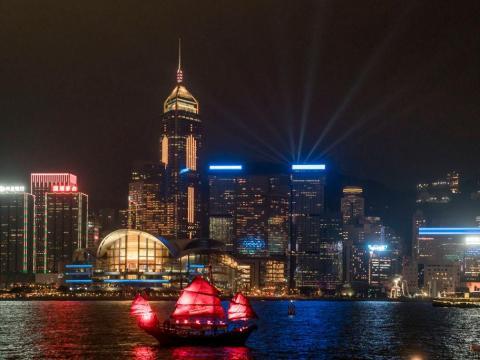 La sinfonía de luces del Victoria Harbour en Hong Kong, el 1 de diciembre de 2017.