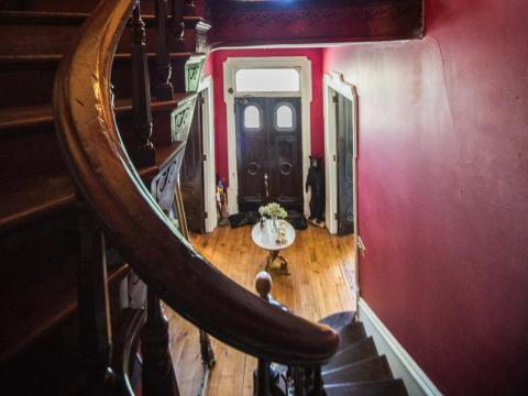 Según Realtor, miembros del personal de la casa aseguran haber oído pasos detrás de ellos mientras subían las escaleras