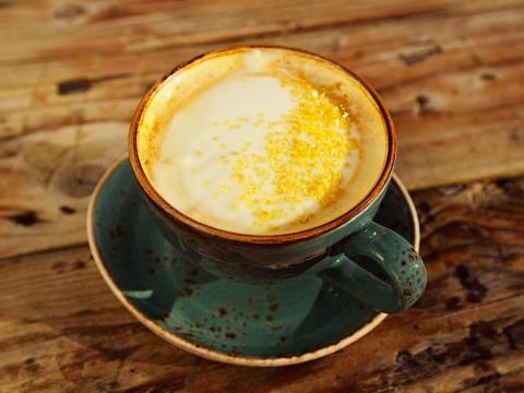Prepara leche de cúrcuma en casa para añadírsela a tu café con leche.