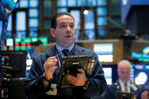 Un agente de bolsa trabaja en el parqué de la New York Stock Exchange