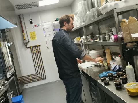 Alejandro Casado, copropietario de L.A. Sushi, en la 'supercocina' de Deliveroo