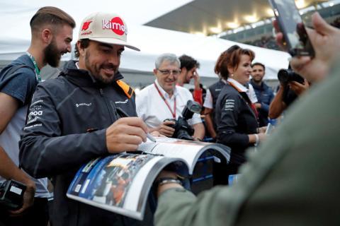 Alonso, firmando autógrafos en el GP de Japón