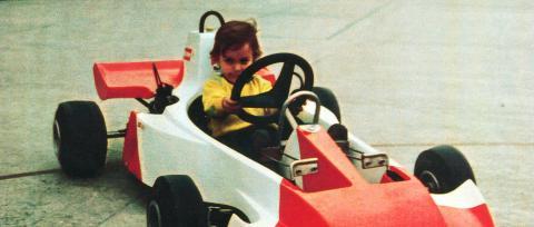 Alonso, en el kart construido por su padre para su hermana Lorena