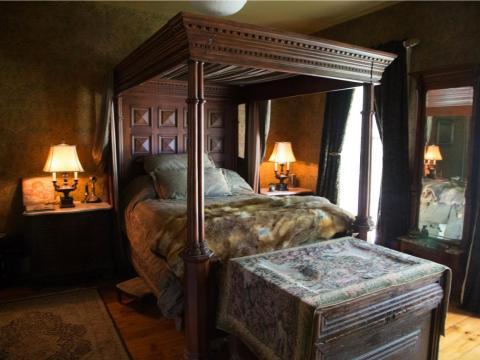 Y un marco de cama grueso destaca en otra de las habitaciones