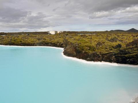 Y mientras que el contraste entre el agua y el paisaje circundante crea un entorno impresionante... [RE]