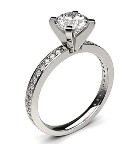 Un anillo de compromiso de oro blanco y diamantes de 18 kilates