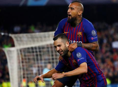 Arturo Vidal celebra un gol junto a Jordi Alba
