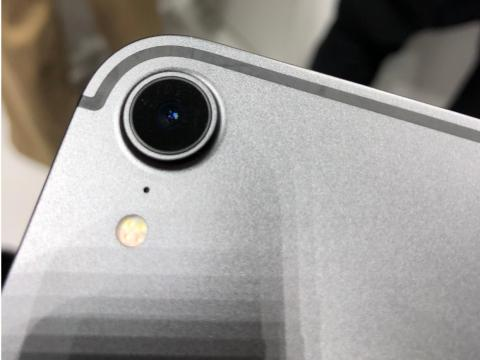 On the back side, we have a big camera lens that looks a lot like what you'd find on the iPhone XR. The antenna lines are reminiscent of the iPhone 7.
