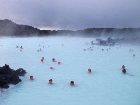 Los bañistas en esta foto, por ejemplo, están marcados en contraste con los transeúntes completamente abrigados con ropa de invierno en el lado derecho [RE]