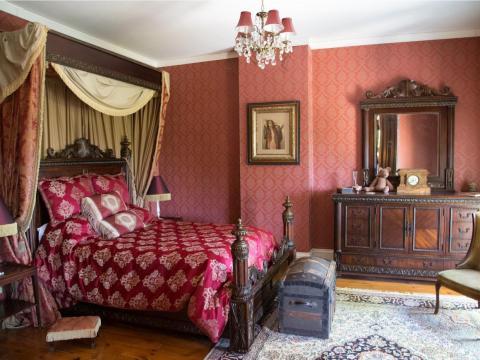 El marco de la cama de una de las habitaciones está tallado con detalles muy trabajados