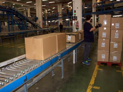 The boxes are placed on a conveyor belt and stocked in groups. These can be stored for several days in the distribution center before being shipped out.