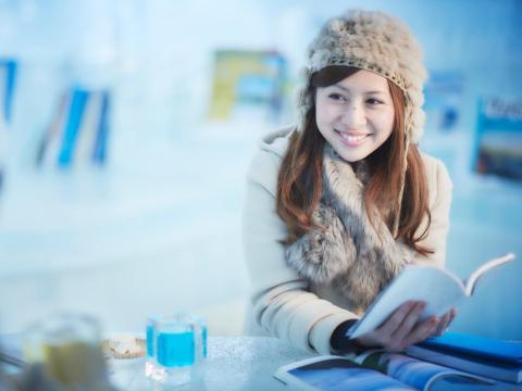 La cafetería también recomienda libros, y ofrece un amplio espacio para estar cómodos y disfrutar de una sesión de lectura.