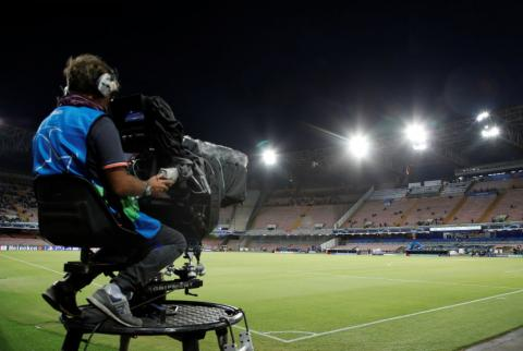 Un cámara durante un partido de fútbol