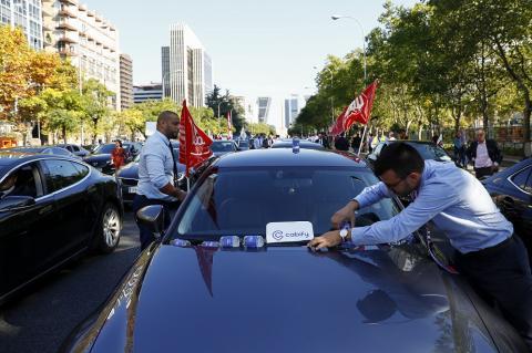 Conductores de Cabify y Uber en una manifestación en Madrid contra el decreto del Gobierno, el 27 de septiembre de 2018.