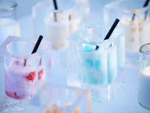 Por supuesto, sirve bebidas congeladas en vasos hechos de hielo.