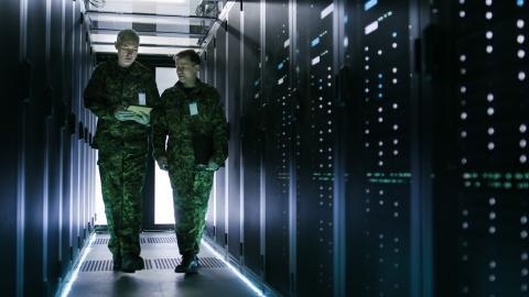 Dos militares pasean en una instalación de servidores