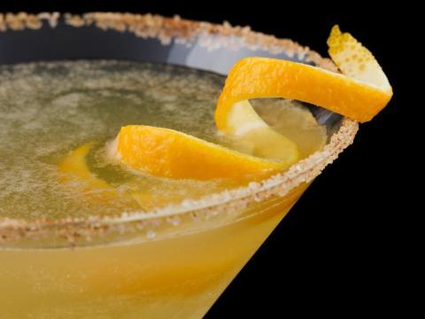 Es probable que tengas acceso a bebidas gratis, incluso cócteles.
