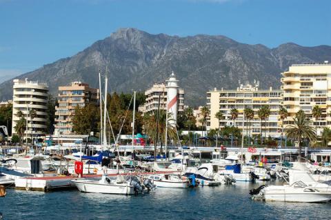 Edificios de apartamentos frente al puerto de Marbella, en la Costa del Sol
