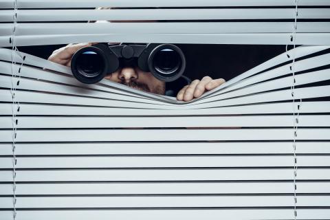 Espia con prismaticos
