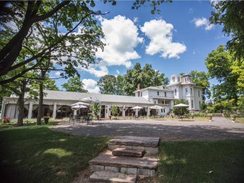La finca ha servido como residencia privada y como sala de eventos. Desde el exterior, se ve lo suficientemente alegre como para planificar una boda...