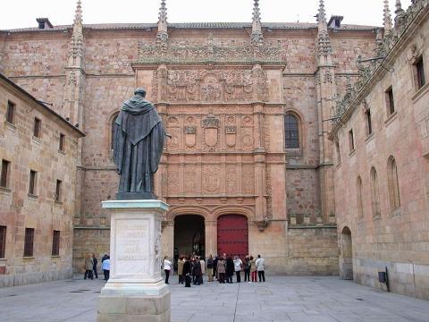 Estatua de Fray Luis de León ante las Escuelas Mayores de la Universidad de Salamanca