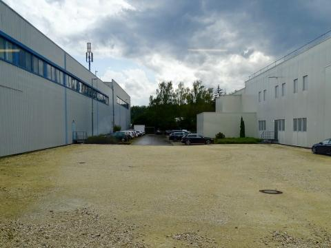 La fábrica, a la derecha, y el centro de distribución, a la izquierda.