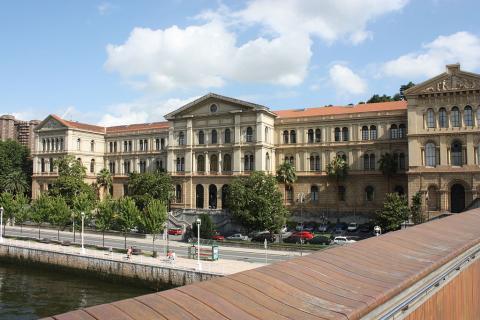 Fachada de la Universidad de Deusto, en Bilbao