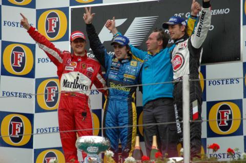 Fernando Alonso, en el GP de Imola de 2005, junto a Michael Schumacher y Jenson Button