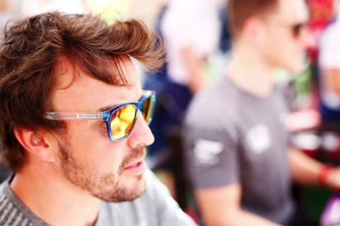 Fernando Alonso, con unas gafas Kimoa