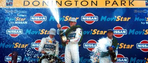 Fernando celebrando su victoria en la Fórmula Nissan en 1999