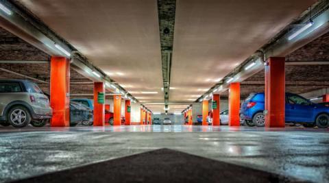 Un garaje con varias plazas de aparcamiento