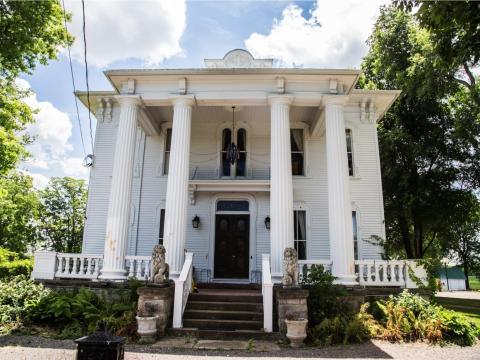 La mansión tiene 7,228 metros cuadrados, seis habitaciones, seis baños y se encuentra en un lote de 2 acres