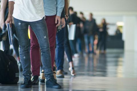 Un grupo de parados hace cola ante una oficina de empleo