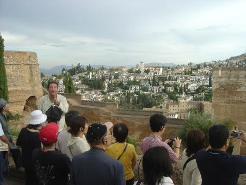Un grupo de turistas observa el Albaicín desde La Alhambra