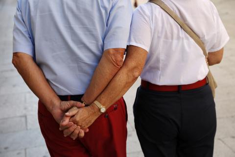 Un hombre y una mujer se dan la mano en el centro de Madrid.