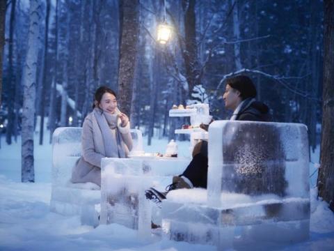 El pueblo de hielo tiene alrededor de 20 restaurantes para sentarse, además de lugares para comidas rápidas. Comer al aire libre también es una opción.