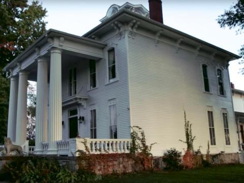 La última vez que se vendió fue en 2006 por 52,000 dólares. El acuerdo fue renovado antes de que la casa ingresara nuevamente en el mercado en 2015 por un millón de dólares. Desde entonces, el precio se ha reducido a la mitad