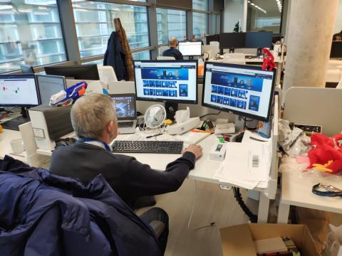 José Antonio en el puesto de trabajo de su nieto.