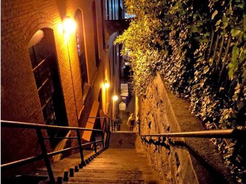Es una escalera vertiginosamente larga.