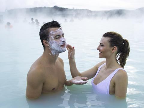 Muchas fotos de la Laguna Azul muestran a parejas y amigos con alegría y experiencia aplicando máscaras de arcilla [RE]