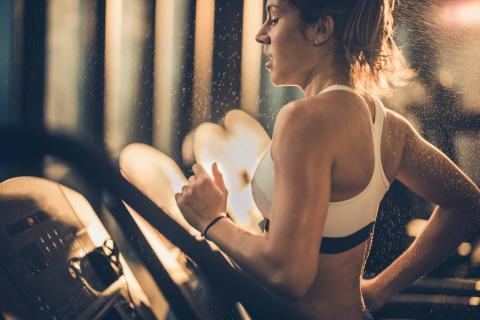 Mujer corriendo en el gimnasio
