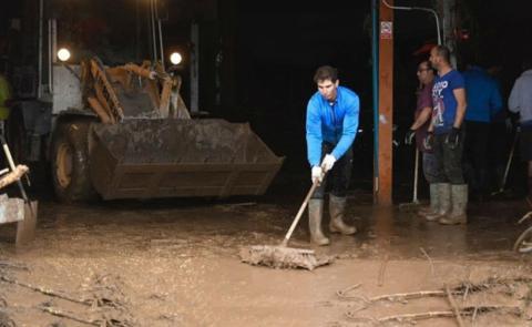 Nadal, ayudando en las zonas afectadas por las inundaciones en Mallorca