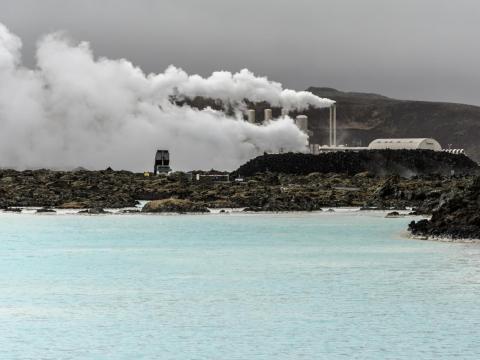 ...pero no tantas de la central de energía geotérmica que alimenta la piscina y sirve como un telón de fondo más bien monótono [RE]